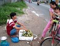 Cậu sinh viên bán trái cây dạo để theo đuổi việc học